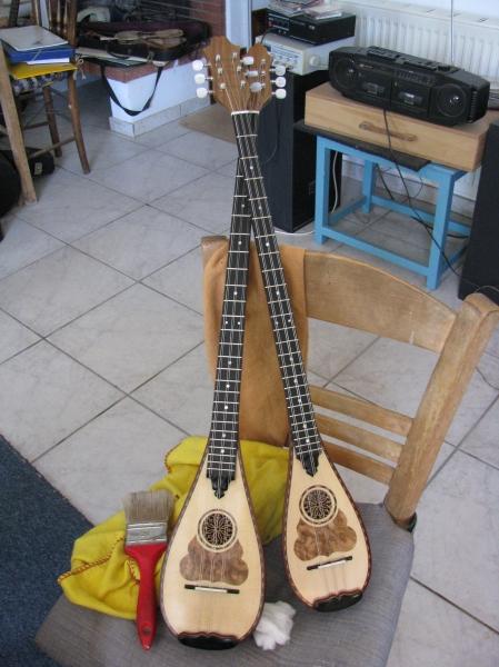 Δύο νέοι, σκαφτοί τζουράδες, από μονοκόμματο ξύλο παλιάς καρυδιάς. Ο μεγαλύτερος, έχει μήκος χορδής 63 cm και ο μικρότερος 59 cm. εκ